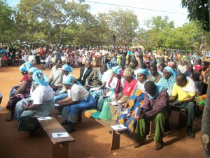 tra i fedeli in attesa, vi erano anche i catechisti e le loro famiglie (Cópia)
