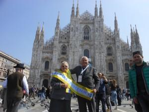 suor Dalmazia e don Antonio felici sul sagrato del Duomo