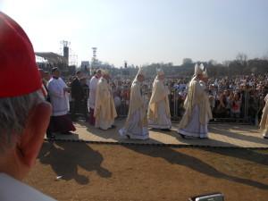 verso l'altare per la Santa Messa