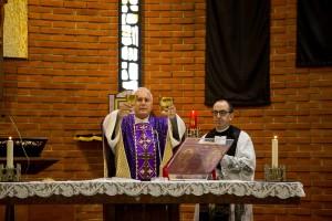 sull'altare con il parroco